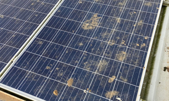 vệ sinh pin mặt trời do vết bẩn cứng